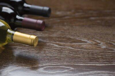 Картина Различные Винные бутылки на светоотражающие поверхности древесины Аннотация