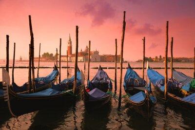 Картина Венеция с известными гондолами на нежный розовый восход солнца свет,