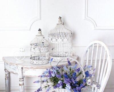 Картина старинные стул и стол с цветком в передней и клеток