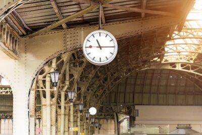 Картина Винтажные часы на вокзале с крышей здания.