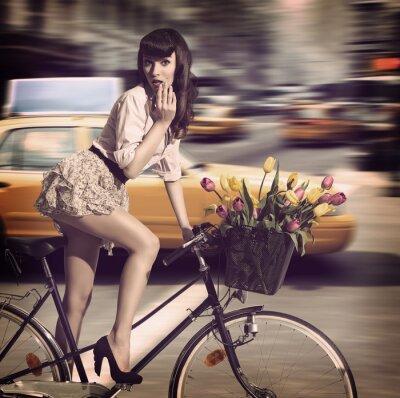 Картина старинные женщина на велосипеде в городе улицы с такси