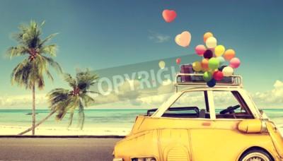 Картина Урожай желтый автомобиль с сердцем красочные воздушный шар на пляже голубое небо - концепция любви летом и свадьбы. Медовый месяц поездки