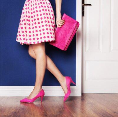 Картина Прогулки на свежем воздухе понятие, девушка, одетая в розовый