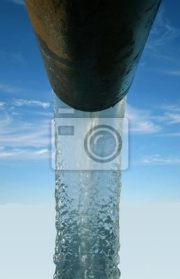 Вода, выходящая из трубы