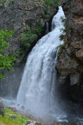 Картина Водопад вытекает из высокой скалы