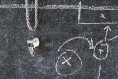 Картина свист футбол или футбольный арбитр на доске с тактической схеме