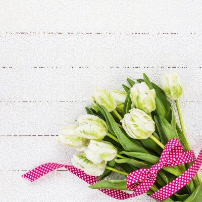 Картина Белые тюльпаны украшены красной лентой на белой скатерти. Копирование пространства, вид сверху