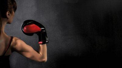 Картина Боксер-женщина Бицепс с красным боксерские перчатки на черном фоне, высокой контрастностью насыщенным гранж фильтр