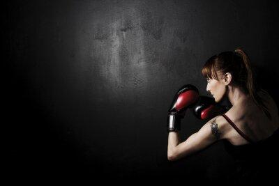 Картина Женщина боксер с красные перчатки на черном фоне, высокой контрастностью с ненасыщенный гранж фильтра в студии