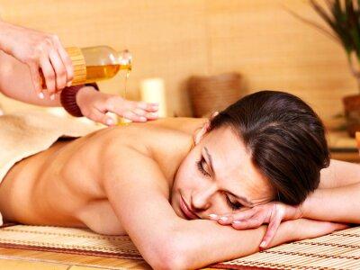 Женщина, получение массаж в спа бамбука.
