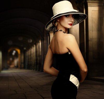 Картина Женщина в черном платье и большой белой шляпе только на открытом воздухе в ночное время