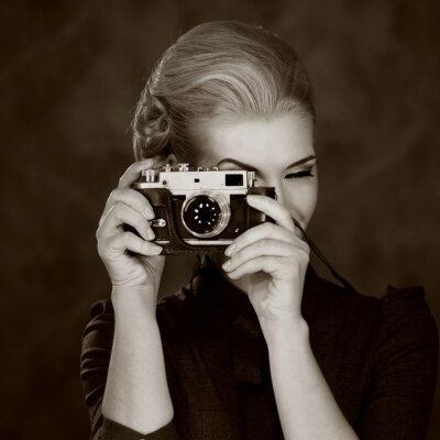 Картина Женщина в классическом платье с ретро камеры.