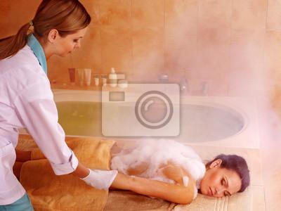 Женщина в хаммаме или турецкой бани