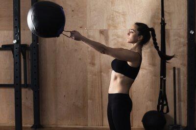 Картина Женщина подъема веса мяч в тренажерном зале