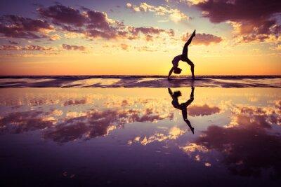 Картина женщина практикующих йогу