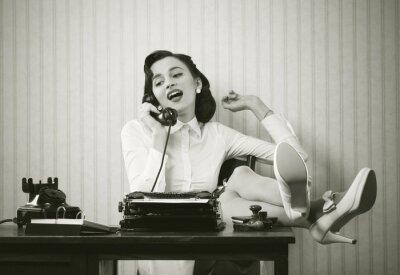 Картина Женщина разговаривает по телефону за столом