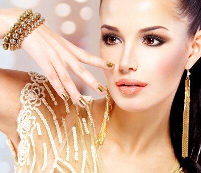 Картина Женщина с золотыми гвоздями и красивой золотых украшений