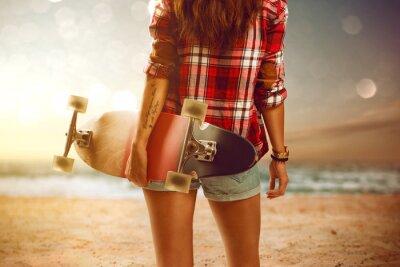 Картина Женщина с Longboard на пляже