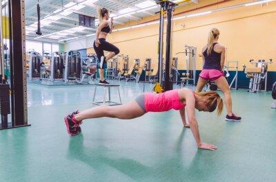 Картина Групповое обучение женщин в CrossFit цепи