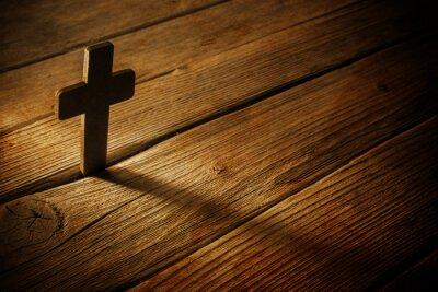 Картина деревянный крест на фоне дерева