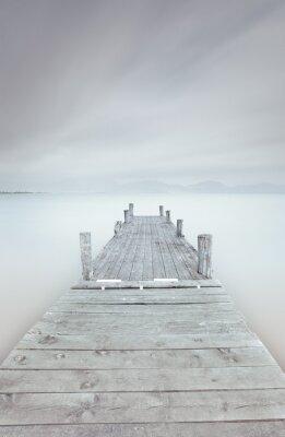Картина Деревянный пирс на озере в пасмурный и туманный настроение.