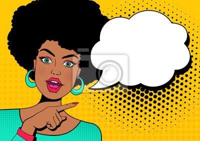 Ничего себе лицо. Молодая сексуальная удивлен афро-американских женщина с открытым ртом и рукой, указывая на речи пузырь. Векторный красочный фон в поп-арт ретро стиле комиксов.