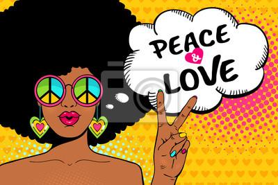 Ничего себе женское лицо. Sexy афро-американских хиппи женщина в очках с тихоокеанскими знак показывает знак победы и мира и любви речи пузырь. Векторный красочный фон в поп-арт ретро стиле комиксов.