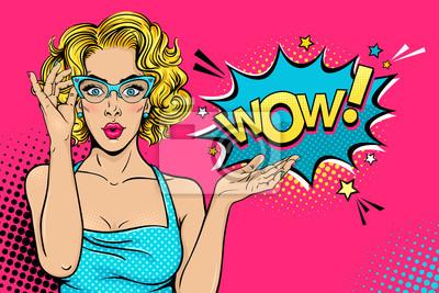 Ничего себе женского лица. Сексуальная удивлен молодая женщина в очках с открытым ртом и блондинкой вьющиеся волосы и речи пузырь. Вектор яркий фон в поп-арт ретро комический стиль. Плакат приглашения