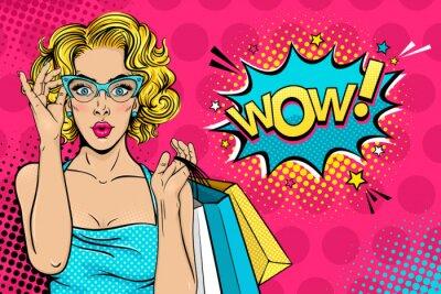 Картина Ничего себе женское лицо. Сексуальная удивлен молодая женщина в очках с открытым ртом и блондинка вьющиеся волосы холдинг сумок и Wow! диалоговое окно. Вектор яркий фон в поп-арт ретро комический стил