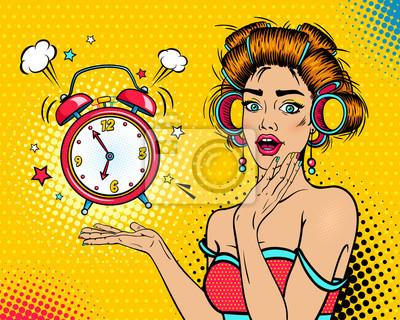 Ничего себе женское лицо. Сексуальная молодая удивлен женщина-домохозяйка с открытым ртом и бигуди, яркий макияж и будильник. Векторный фон в поп-арт ретро комический стиль. Пригласительный постер.