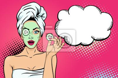Ничего себе женского лица. Сексуальная молодая женщина-домохозяйка с открытым ртом в банном полотенце с косметической маской, холдинг ломтик огурца и пустой пузырь речи. Вектор яркий фон в поп-арт рет