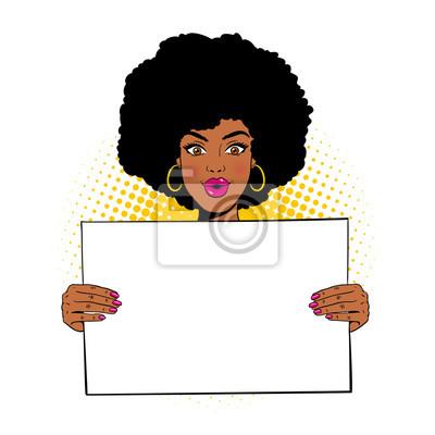 Ничего себе женское лицо. Молодая сексуальная удивлен афро-американских женщин с открытым ртом, проведение пустой доски для вашего текста. Векторные иллюстрации в стиле ретро комиксов поп, изолированн