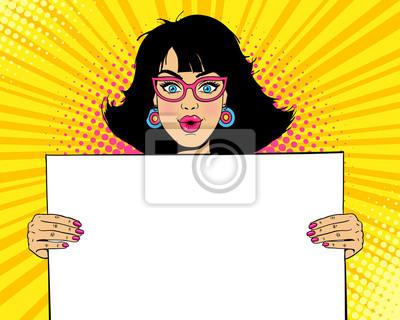 Ничего себе женское лицо. Молодая сексуальная удивлен женщина с открытым ртом в очках, проведение пустой доски для вашего текста. Векторные красочные иллюстрации в стиле ретро комиксов поп-арта. Пригл
