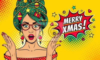 Wow поп-арт Рождественское лицо. Сексуальная женщина удивлен в очках с открытым ртом, Новогодняя елка на голове поднимает руки. Векторные яркие иллюстрации в стиле ретро комиксов. Новогодний пригласит