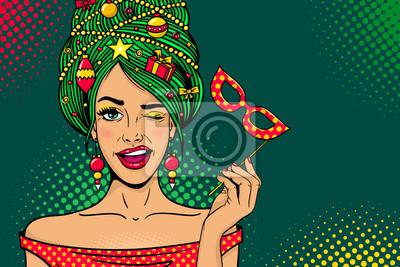 Wow поп-арт Рождественское лицо. Молодая сексуальная удивлен женщина с открытым ртом, новогодняя елка на голове, карнавальная маска в руке подмигивает. Векторные яркие иллюстрации в стиле ретро комикс
