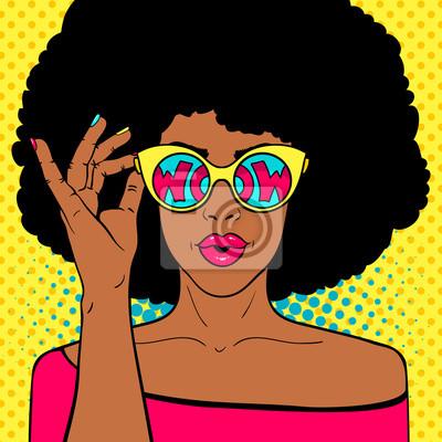 Ничего себе поп-арт. Сексуальная удивлен черная женщина с афро волосами и открытый рот, держа солнцезащитные очки в руке с надписью вау в отражении. Векторные красочный фон в поп-арт ретро комический