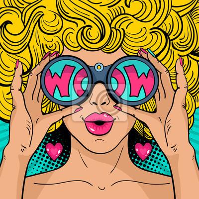 Ничего себе поп-арт лицо. Сексуальная женщина удивлен блондинка с вьющимися волосами и открытый рот держа бинокль в руках с надписью ничего себе в отражении. Вектор фон в поп-арт ретро стиле комиксов.