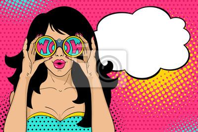 Ничего себе поп-арт лицо. Сексуальная женщина удивлен с открытым ртом проведение бинокль в руках с надписью вау в отражении и речи пузырь. Векторный красочный фон в поп-арт ретро стиле комиксов.