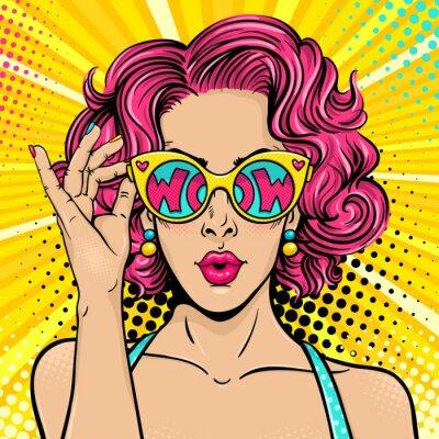 Картина Ничего себе поп-арт. Сексуальная удивлен женщина с розовыми вьющимися волосами и открытый рот, держа солнцезащитные очки в руке с надписью wow в отражении. Векторные красочный фон в поп-арт ретро коми