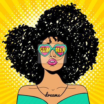 Ничего себе поп-арт лицо. Сексуальная женщина с черными афро кудрявые волосы и открытый рот и солнцезащитные очки в форме сердца с надписью лето в отражении. Вектор красочный фон в стиле поп-арт в сти