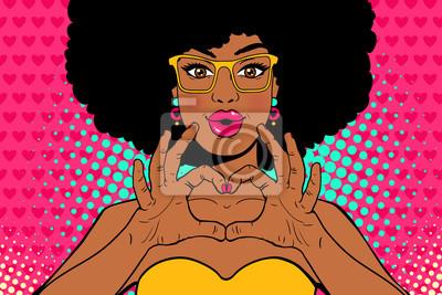 Ничего себе поп-арт лицо. Сексуальная молодая афро-американских женщина с губами в виде поцелуя и прическа афро в очках показывает любовь сердца знак. Вектор красочные приглашения постер в поп-арт рет