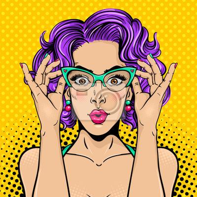Wow поп-арт женское лицо. Макрофотография секси удивил молодая женщина с широко открытыми глазами, открытый рот и яркие вьющиеся волосы, держа ее очки. Векторные красочный фон в поп-арт ретро комическ