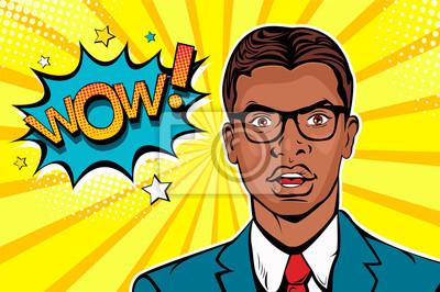 Ух ты, поп арт мужское лицо. Молодой афро американец удивил человека в очках с открытым ртом и вау речи пузырь. Векторные красочные иллюстрации в стиле ретро комиксов.