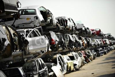 Картина Аварийные транспортные средства видны на свалке автомобиля