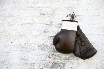 Картина перчатки для бокса висят на стене