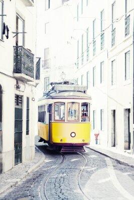 Картина желтый древняя трамвай на улицах Лиссабона, Португалия