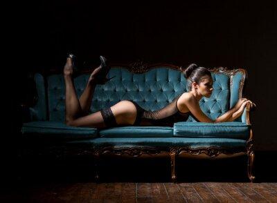 Картина Молодая и сексуальная женщина в нижнем белье на марочное диван