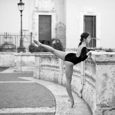 Картина Молодая красивая балерина танцует на Испанской лестницы в Риме,