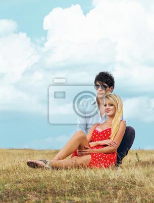 Молодая пара на лугу