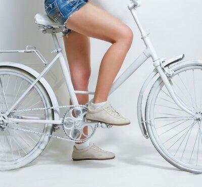 Картина Молодая девушка верхом на белом Урожай велосипед